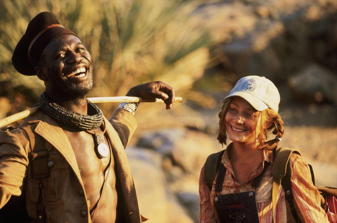 Nach dem Flugzeugabsturz begibt sich Grace (Camille Summers, r.) mit Himba Kadjiro (Eriq Ebounaney, l.), einem alten Freund der Familie, auf eine ab... - Bildquelle: Gaumont