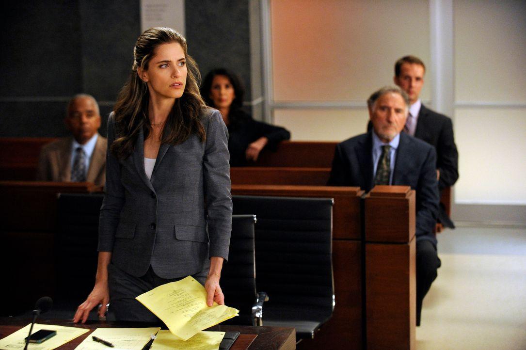 Ist Richter Creary (Judd Hirsch, r.) in dem Fall von Laura (Amanda Peet, l.) wirklich befangen? - Bildquelle: Jeffrey Neira 2012 CBS Broadcasting, Inc. All Rights Reserved