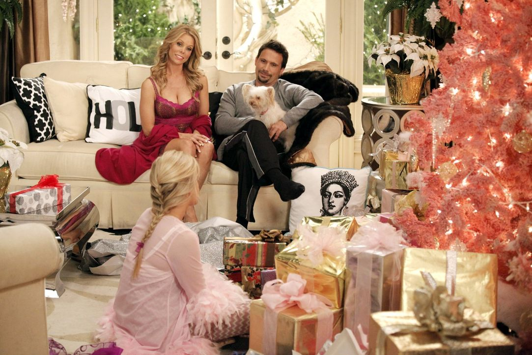 Verbringen Weihnachten gemeinsam: George (Jeremy Sisto, r.), Dalia (Carly Chaikin, vorne) und Dallas (Cheryl Hines, l.) ... - Bildquelle: Warner Brothers