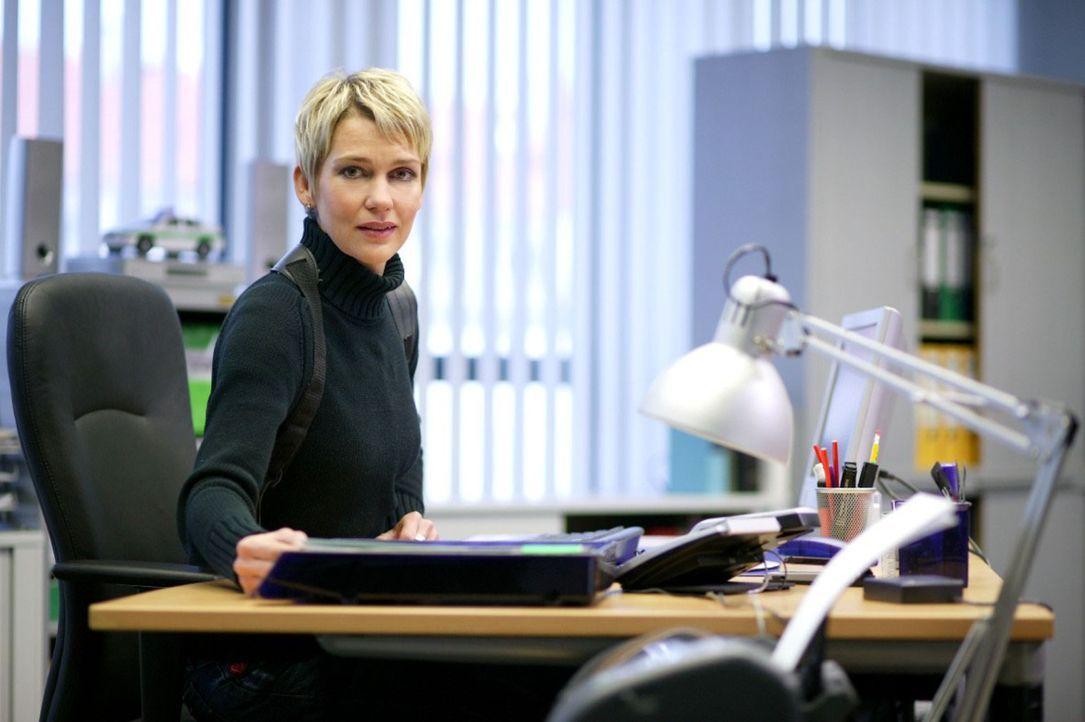 Auch Aktenstudium, Telefonate und Besprechungen gehören zum Polizei-Alltag: Kommissarin Alexandra Rietz - Bildquelle: Holger Rauner Sat.1