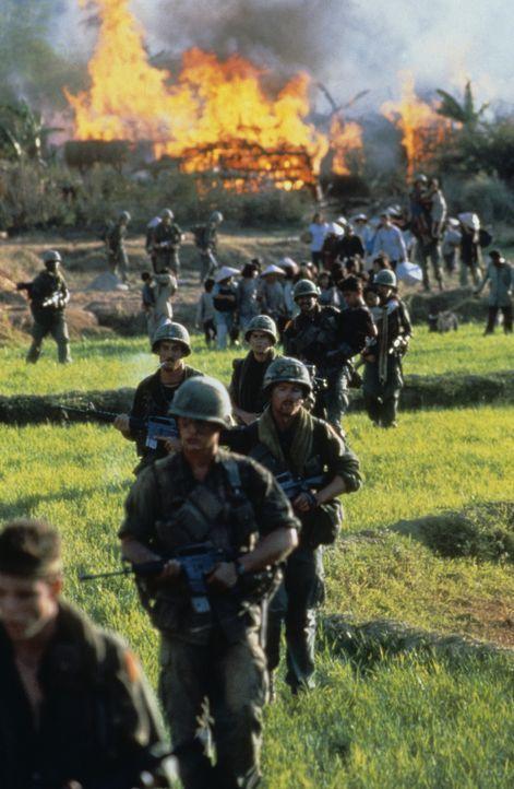 Als die Stellung der amerikanischen Soldaten von einer Übermacht des Vietcong umzingelt wird, beginnt ein furchtbarer Kampf Mann gegen Mann ... - Bildquelle: Orion Pictures Corporation