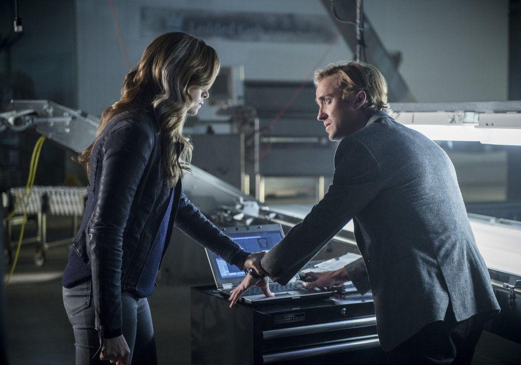 Um Alchemy und Savatar auf die Schliche zu kommen, zwingt Caitlin alias Killer Frost (Danielle Panabaker, l.) ausgerechnet Julian (Tom Felton, r.) i... - Bildquelle: 2016 Warner Bros.