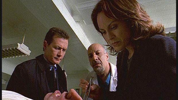Doggett (Robert Patrick, l.), Reyes (Annabeth Gish, r.) und der Gerichtsmediz...