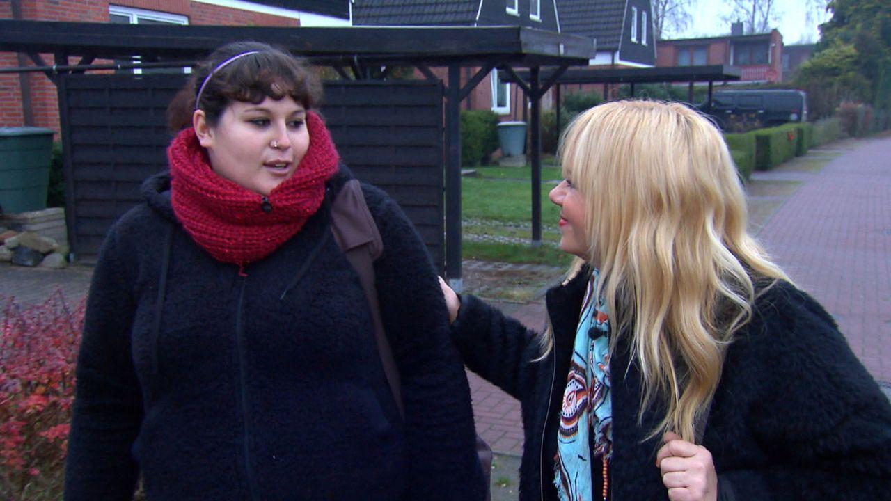 Jacqueline (l.) braucht die Hilfe von Julia Leischik (r.), da sie sich bei ihrem Kumpel Dennis entschuldigen möchte. Doch wird es zu einer Versöhnun... - Bildquelle: SAT.1