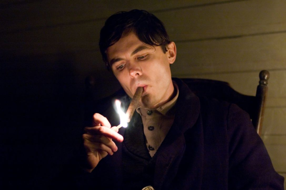 Entwickelt eine Art Hassliebe zu Jesse James: Robert Ford (Casey Affleck) ... - Bildquelle: TM and   2007 Warner Bros. Entertainment Inc. All Rights Reserved.
