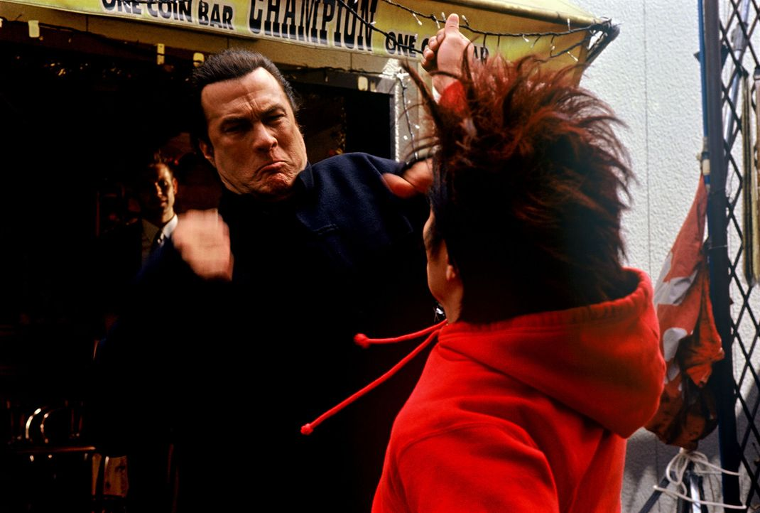 Fürchtet weder Tod noch Teufel: der ehemalige CIA-Agent Travis Hunter (Steven Seagal, l.) ... - Bildquelle: 2005 Sony Pictures Home Entertainment Inc. All Rights Reserved.