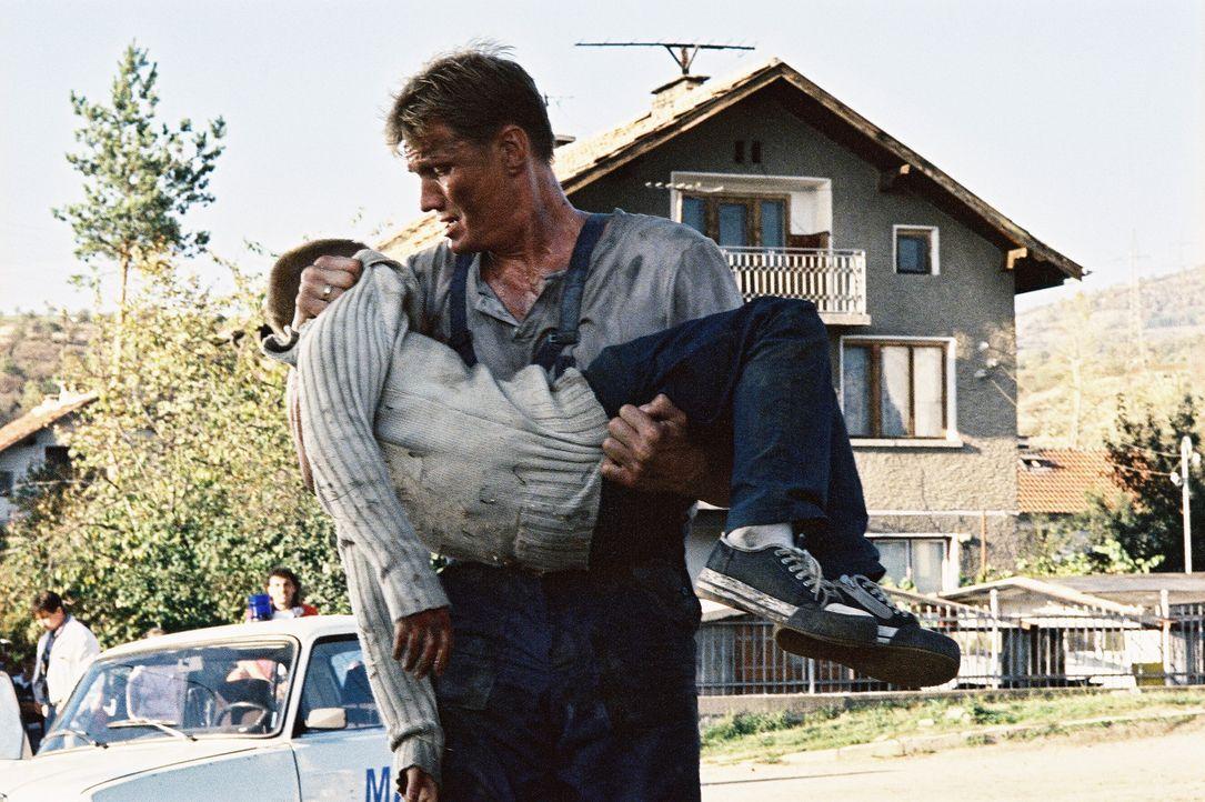 Für Nick (Dolph Lundgren, r.) bricht eine Welt zusammen, als Sasha Popov seinen Sohn (Naum Shopov, l.) und seine Frau umbringt ... - Bildquelle: Nu Image Films
