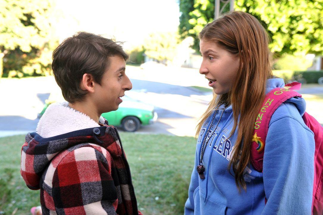Sue (Eden Sher, r.) kann nicht verstehen, warum sich plötzlich die Art und Weise verändert hat, wie Matt (Moises Arias, l.) sie küsst und will der S... - Bildquelle: Warner Brothers