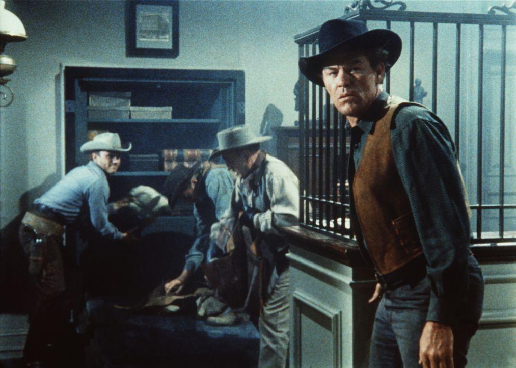 John Pardo (Jack Lambert, r.) und seine Bande überfallen die Bank von Virginia City. - Bildquelle: Paramount Pictures