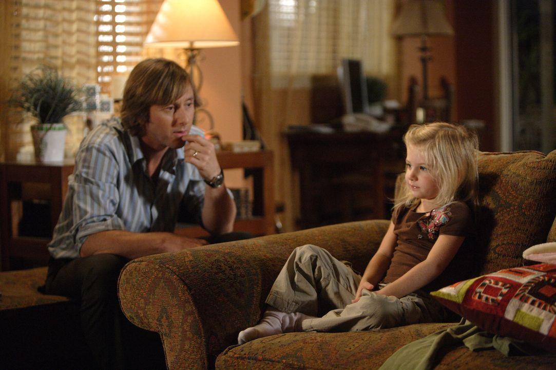 Marie (Madison Carabello, r.) verhält sich seit einigen Tagen äußerst seltsam. Joe (Jake Weber, l.) versucht den Grund dafür herauszufinden ... - Bildquelle: Paramount Network Television