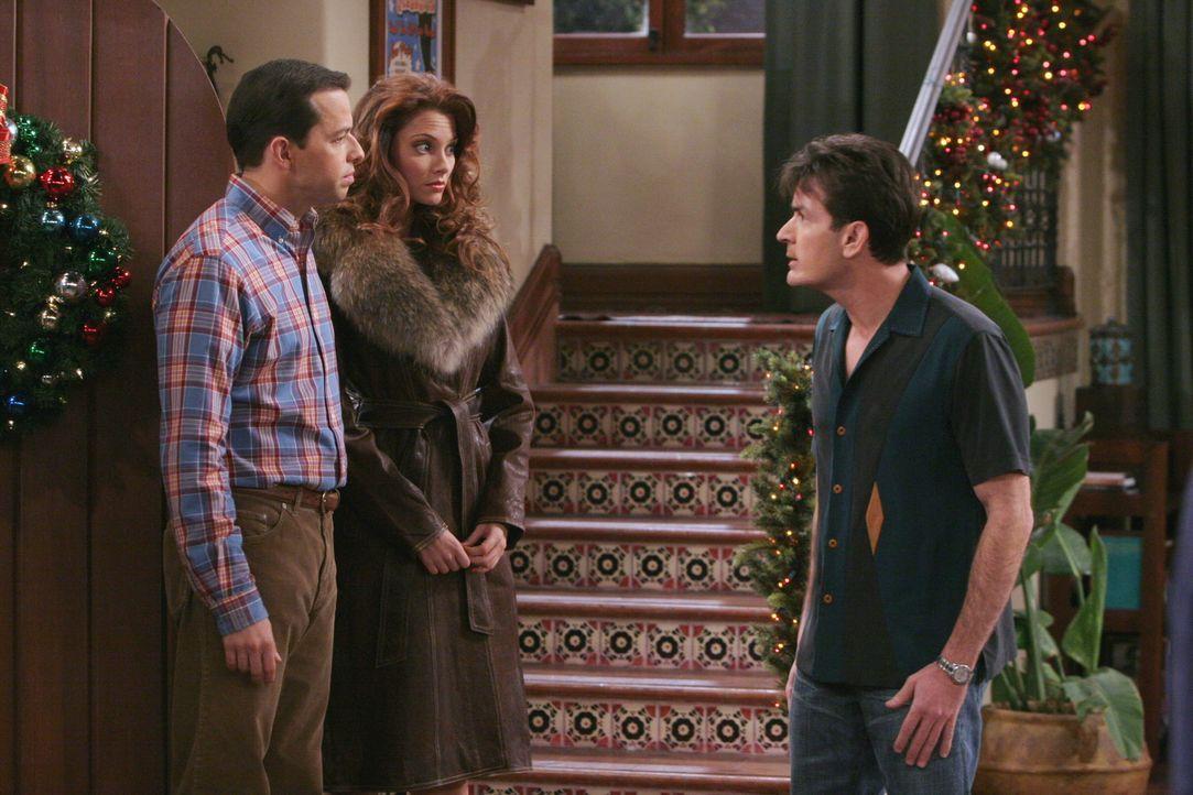 Charlie (Charlie Sheen, r.) ist genervt, denn eigentlich wollte er Weihnachten mit seiner Freundin im Bett verbringen und plötzlich sind Alan (Jon... - Bildquelle: Warner Brothers Entertainment Inc.