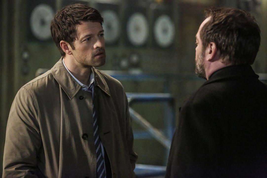 Könnten Lucifer (Misha Collins, l.) und Crowley (Mark Sheppard, r.) jemals zusammenarbeiten, selbst wenn es um die Rettung des Himmels, der Erde und... - Bildquelle: 2014 Warner Brothers