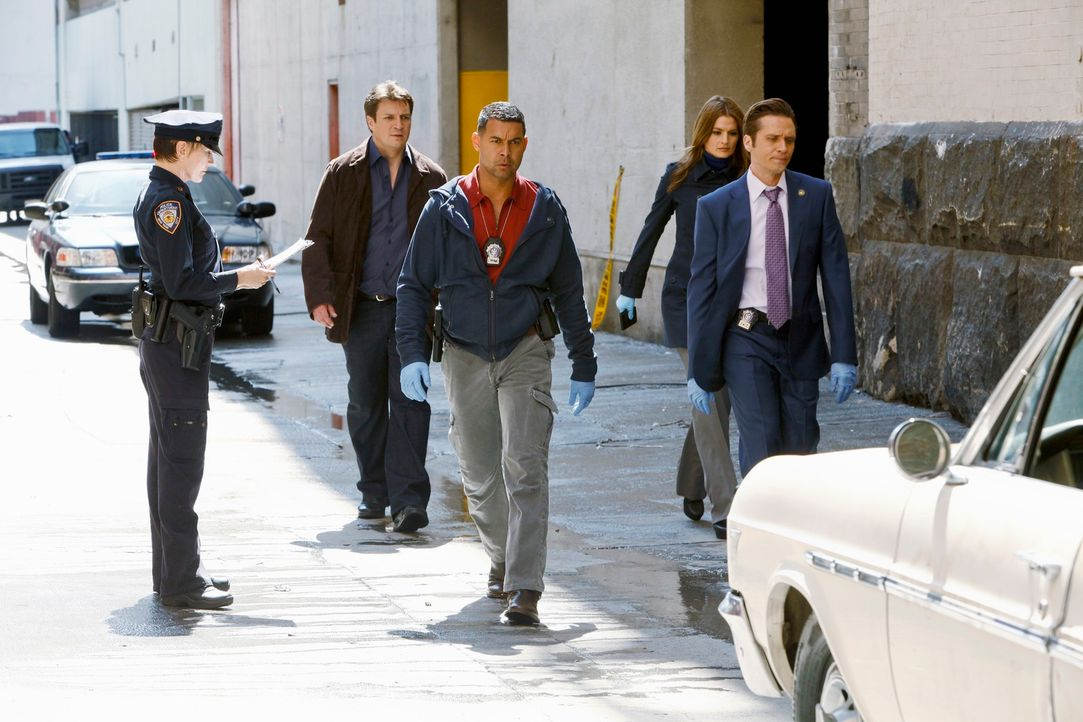 Ein Lateinamerikaner wird erschossen aufgefunden. Kevin Ryan (Seamus Dever, r.) und Javier Esposito (Jon Huertas, M.) bringen Castle (Nathan Fillion... - Bildquelle: 2012 American Broadcasting Companies, Inc. All rights reserved.