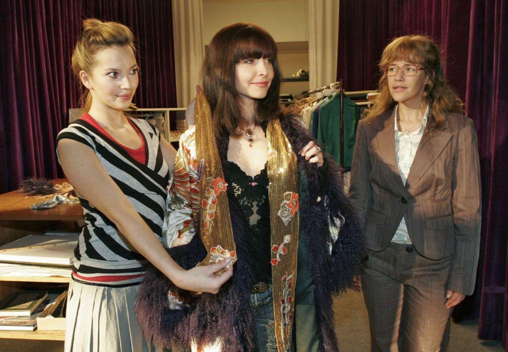 Nicht nur Lisa (Alexandra Neldel, r.) ist angetan vom Outfit, das Hannah (Laura Osswald, l.) der Sängerin Alex (Janin Reinhardt, M.) zusammengestell... - Bildquelle: Noreen Flynn Sat.1