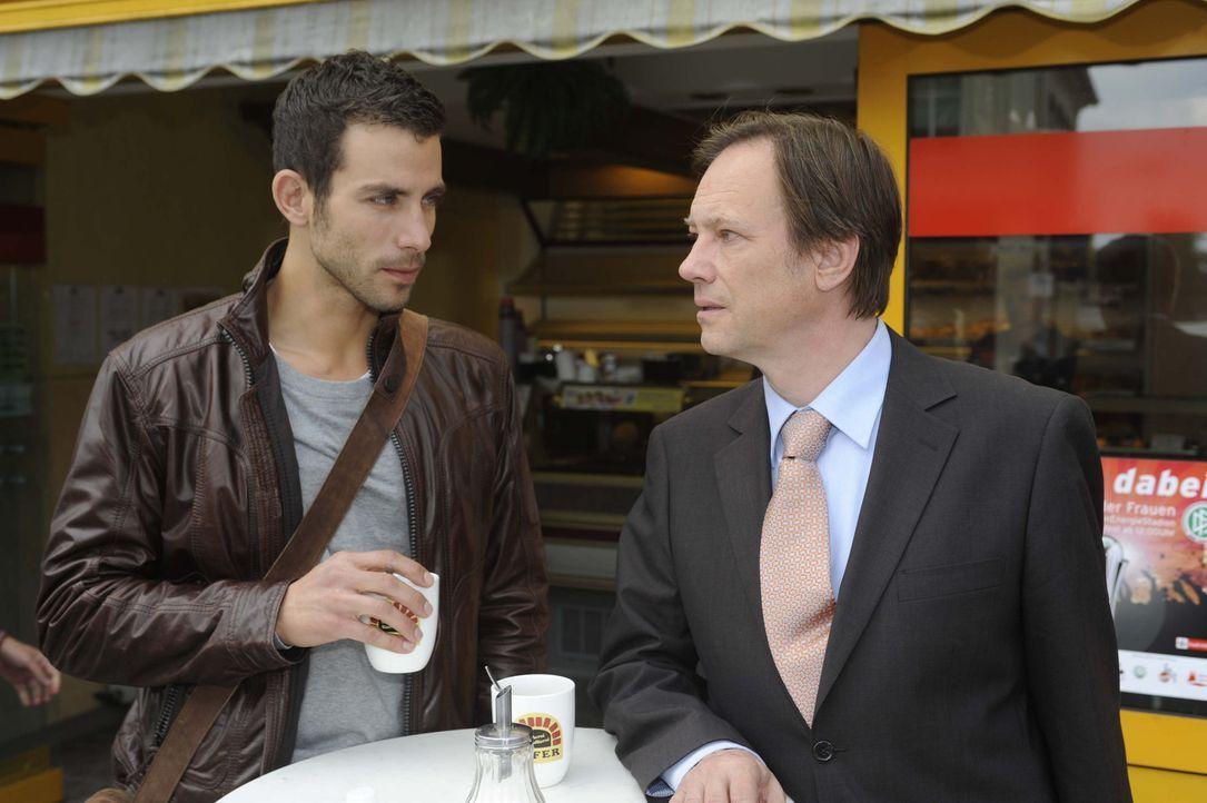 Michael (Andreas Jancke, l.) trifft sich mit Dr. Wendtland (Rainer Will, r.), der wegen des TV-Beitrags sehr beunruhigt ist ... - Bildquelle: Christoph Assmann SAT.1