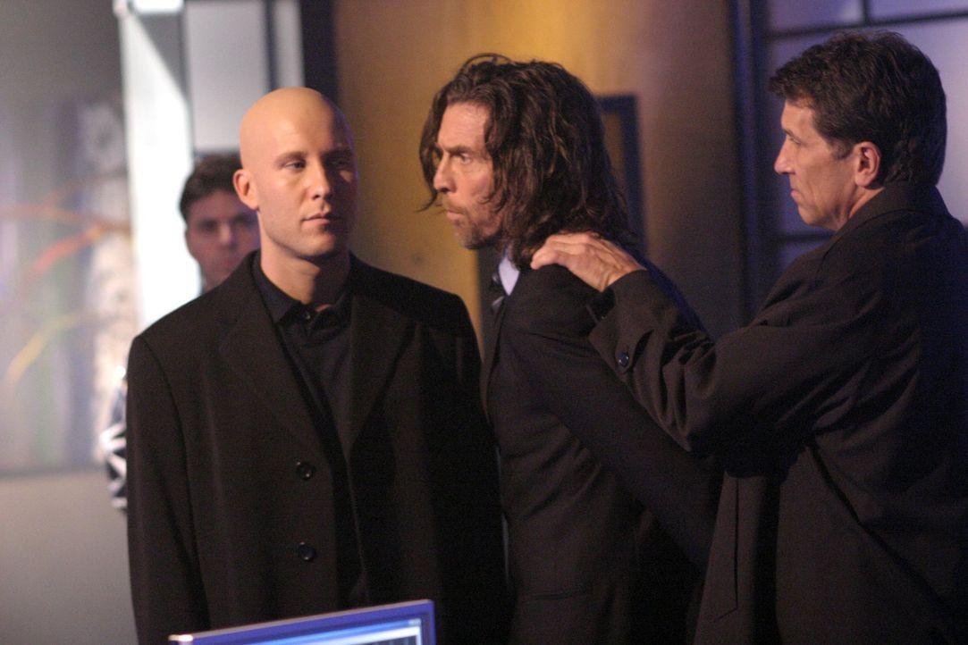 Endlich kann Lex (Michael Rosenbaum, l.) Lionel (John Glover, 2.v.r.) die Ermordung seiner Eltern nachweisen ... - Bildquelle: Warner Bros.
