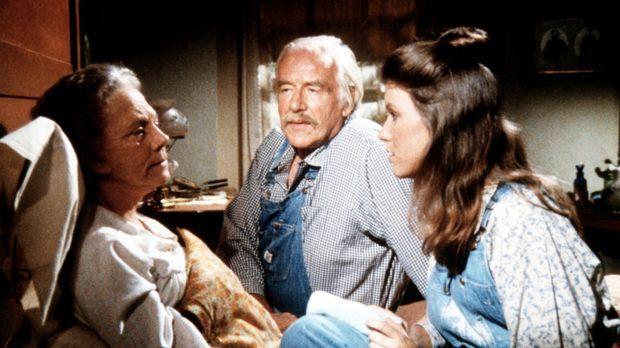 Elisabeth (Kami Cotler, r.) und Sam (Will Geer, M..) kümmern sich um Ester Wa...