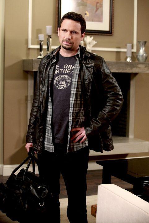 Während Tessa sich freut, paar Tage alleine zu sein, traut George (Jeremy Sisto) ihr nicht, und schickt deshalb Dallas regelmäßig bei ihr vorbei... - Bildquelle: Warner Bros. Television