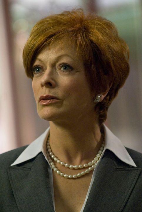 """Eva Thorne (Frances Fisher), auch """"der Wachhund"""" genannt, soll Global Dynamics inspizieren, und alle sind schon sehr aufgeregt, weil sie als gnadenl... - Bildquelle: Universal Television"""