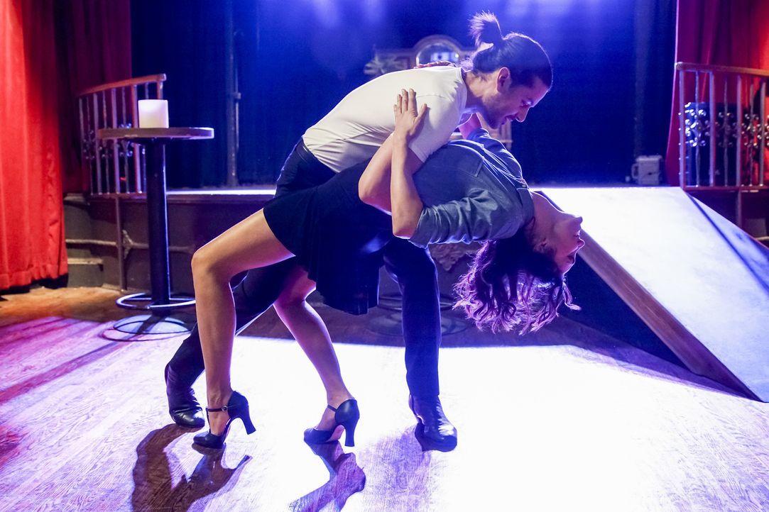 Kensi (Daniela Ruah, r.) ermittelt undercover und muss dabei als Tänzerin arbeiten. Doch hat Perez (George Akram, l.) etwas mit dem aktuellen Fall z... - Bildquelle: Erik Voake 2017 CBS Broadcasting, Inc. All Rights Reserved.