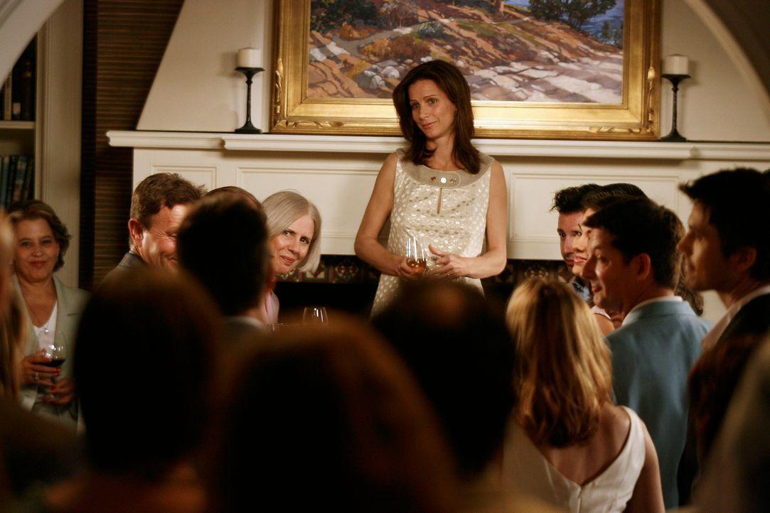 Sarah (Rachel Griffiths) hält auf der Feier eine Rede zu Ehren von Kitty und Robert, in der sie über die Vor- und Nachteile einer Familie spricht... - Bildquelle: Disney - ABC International Television