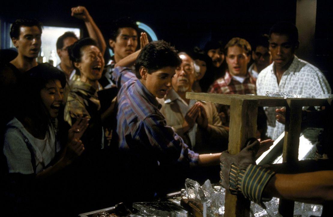 Daniel (Ralph Macchio, M.) gerät in einen Zweikampf auf Leben und Tod ... - Bildquelle: Columbia Pictures