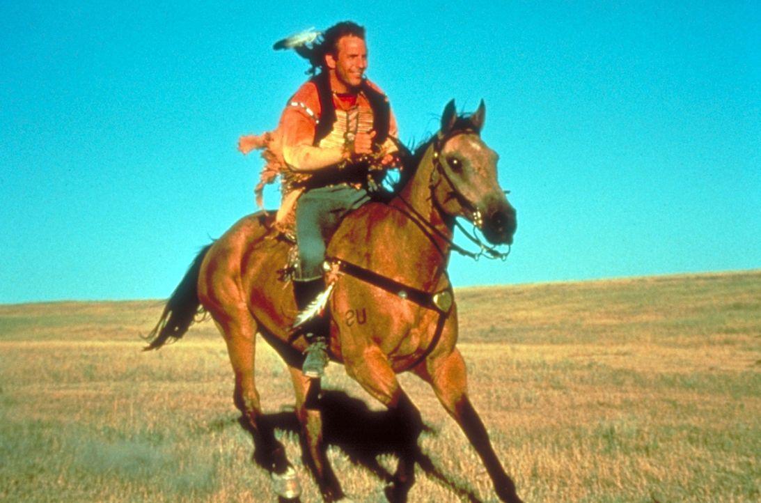 Nach anfänglichem Misstrauen erkennen die Sioux die Aufrichtigkeit des Nordstaatenoffiziers John Dunbar (Kevin Costner) und nehmen ihn in ihren Sta... - Bildquelle: Orion Pictures Corporation