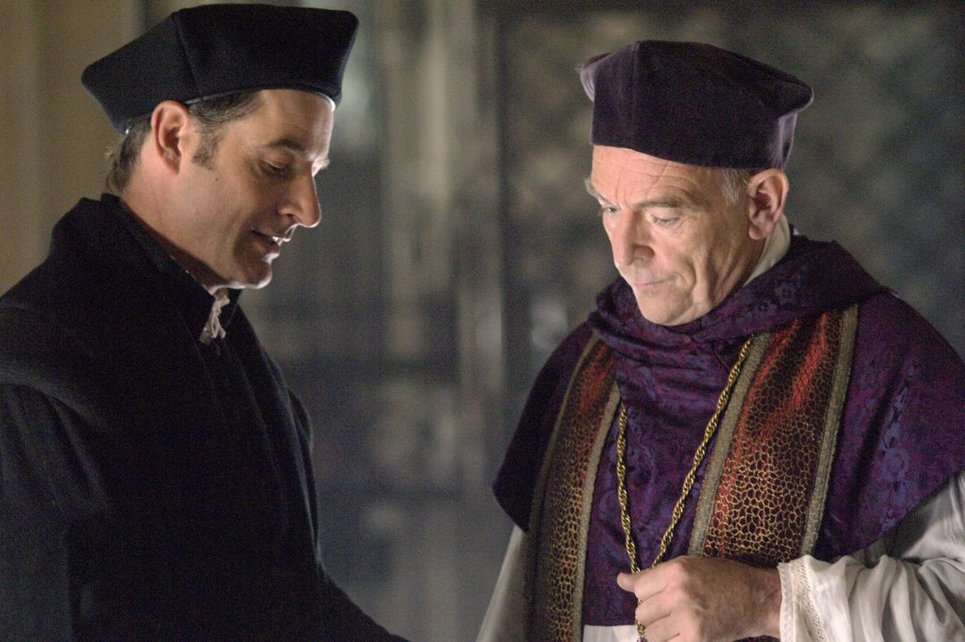 Können nicht glauben, dass König Henry VIII. und Anne Boleyn heimlich geheiratet haben: Sir Thomas More (Jeremy Northam, l.)  und Cardinal Campeggio... - Bildquelle: 2008 TM Productions Limited and PA Tudors II Inc. All Rights Reserved.