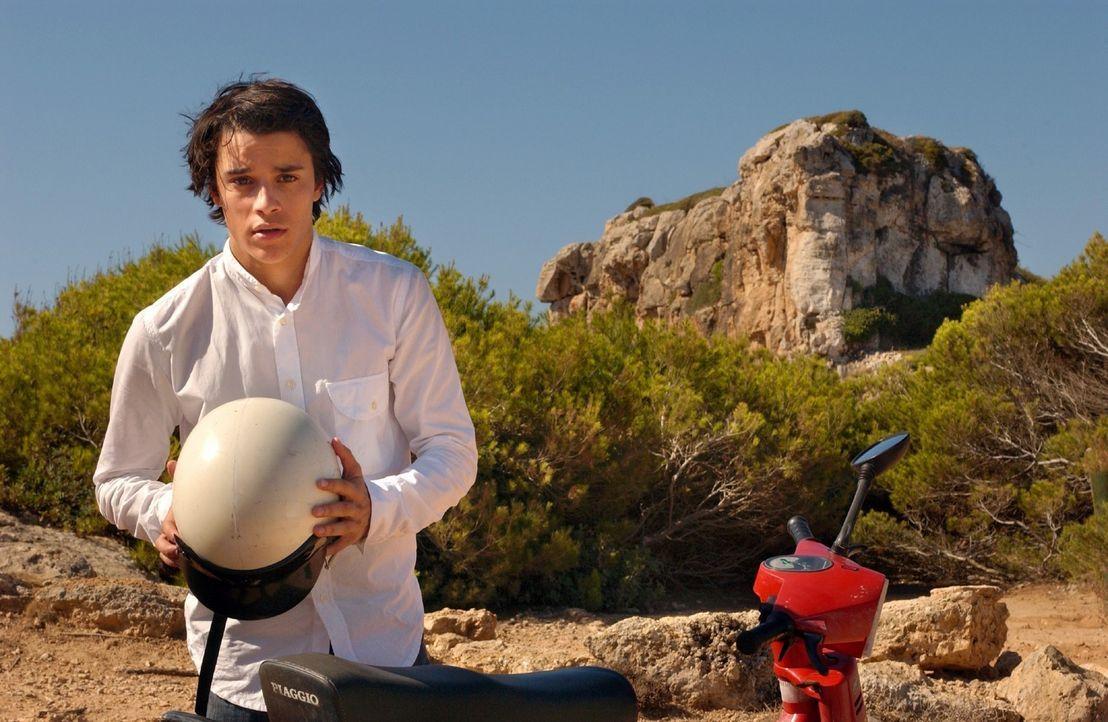 Joe (Kostja Ullmann), der mit seiner Familie Urlaub auf Mallorca macht, beobachtet die attraktive Rosemarie am Strand und kann seinen Blick nicht vo... - Bildquelle: Rainer Bajo Sat.1