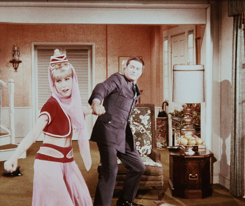Tony (Larry Hagman, r.) will gerade mit Jeannie (Barbara Eden, l.) ausgehen, als die beiden Schönheitsköniginnen anrufen und ihre Ankunft anmelden. - Bildquelle: Columbia Pictures