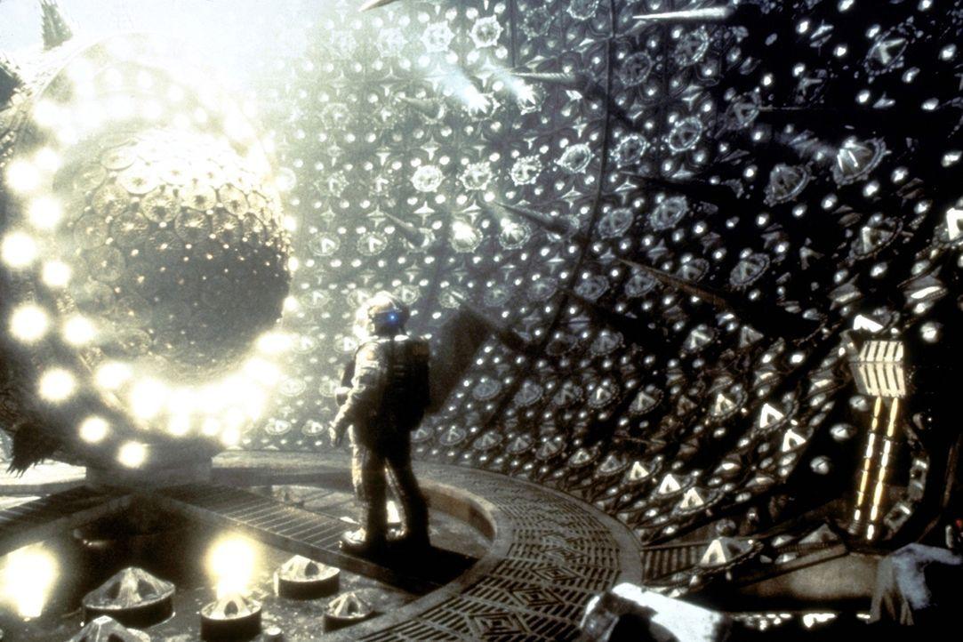 """Mit dem bahnbrechenden Gravitationsantrieb des genialen Wissenschaftlers Dr. Weir soll das Raumschiff """"Event Horizon"""" schneller als das Licht in Sek... - Bildquelle: Paramount Pictures"""