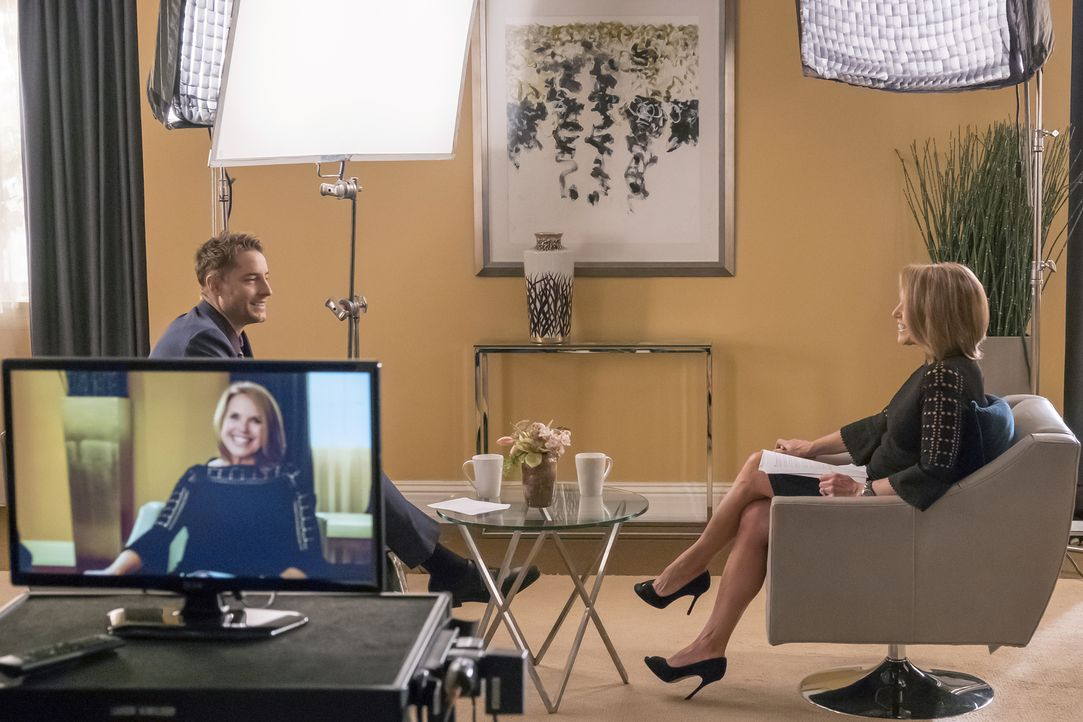 Ein ganz besonderes Interview: Kevin (Justin Hartley, l.) und Katie Couric (Katie Couric, r.) ... - Bildquelle: Ron Batzdorff 2016-2017 Twentieth Century Fox Film Corporation.  All rights reserved.   2017 NBCUniversal Media, LLC.  All rights reserved.