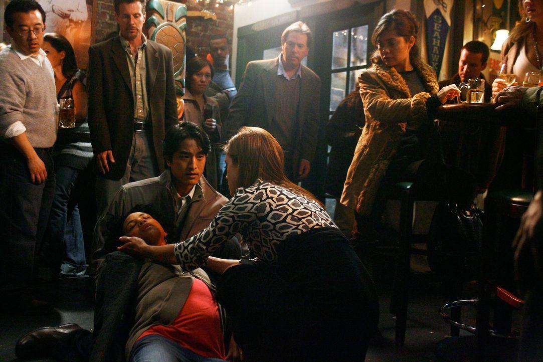 Als die schwangere Rina (Aasha Davis, M.) in Joes Bar zusammen bricht ist Addison (Kate Walsh, r.) sofort zur Stelle. Walter (Jack Yang, l.) und Joe... - Bildquelle: Touchstone Television