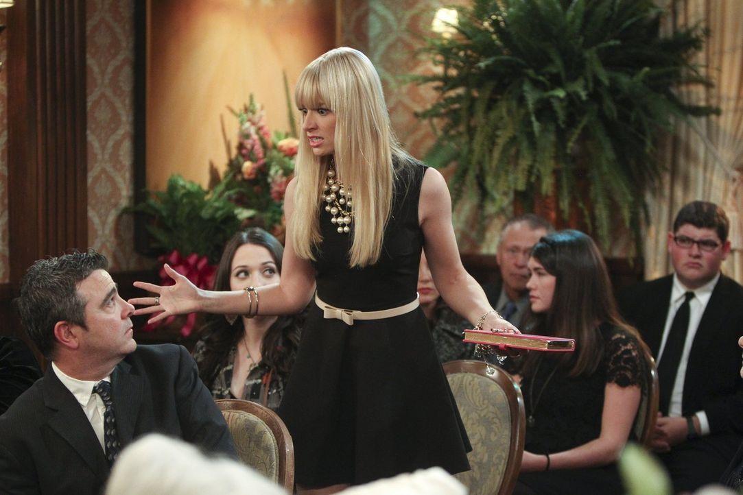 Mit Erschrecken stellt Caroline (Beth Behrs) fest, dass die Familie ihrer ehemaligen Nanny sie gar nicht mehr erkennt ... - Bildquelle: Warner Brothers Entertainment Inc.
