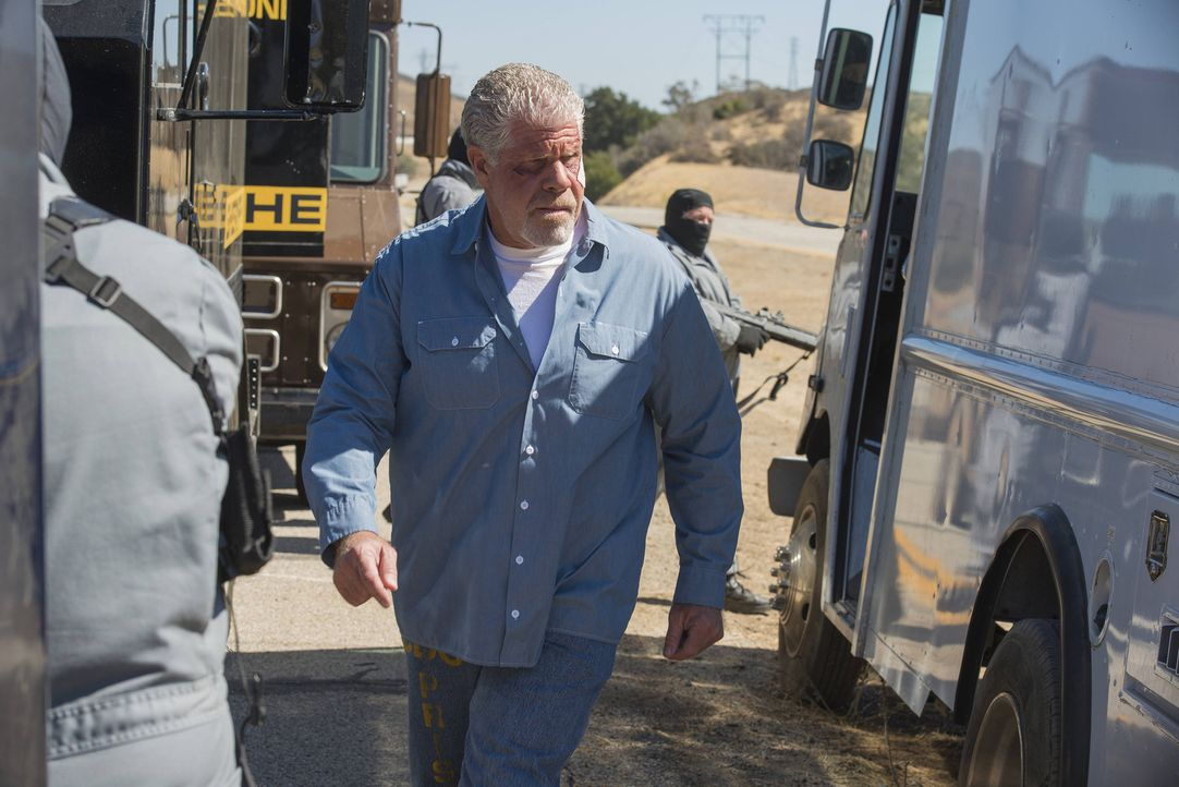 Während die Sons versuchen, komplett aus dem Waffengeschäft auszusteigen, organisiert die IRA Clay`s (Ron Perlman) Befreiung ... - Bildquelle: 2013 Twentieth Century Fox Film Corporation and Bluebush Productions, LLC. All rights reserved.
