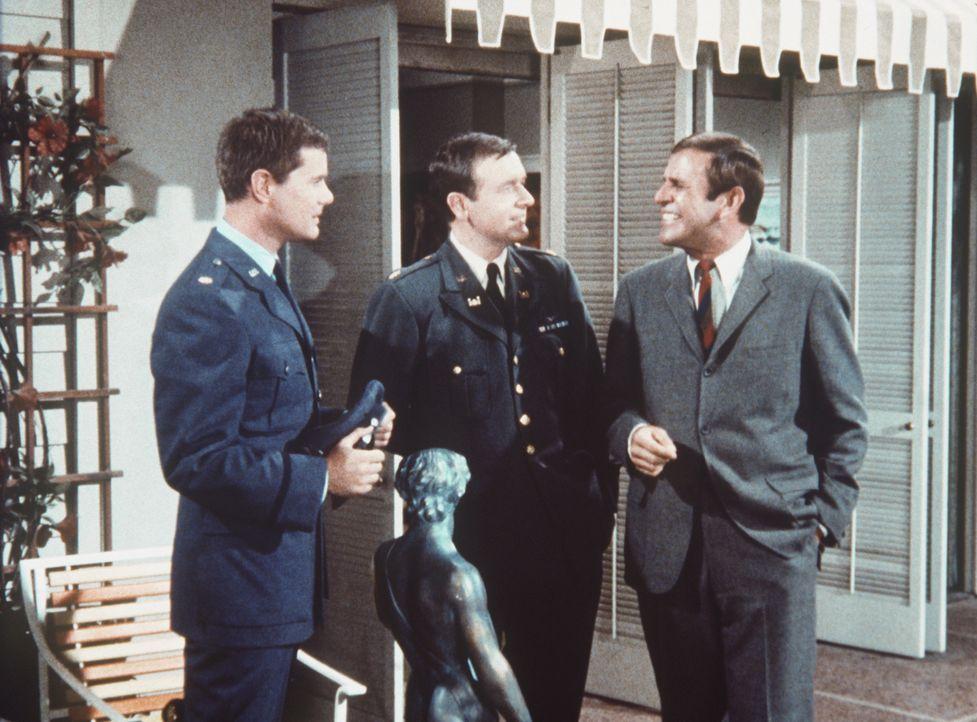 Der Finanzbeamte Huggins (Paul Lynde, r.) überrascht Tony (Larry Hagman, l.) und Roger (Bill Daily, M.), als sie gerade eine Skulptur von Michelange... - Bildquelle: Columbia Pictures
