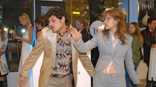 Empört über Rokkos (Manuel Cortez, l.) Kuss, verpasst Lisa (Alexandra Neldel,...