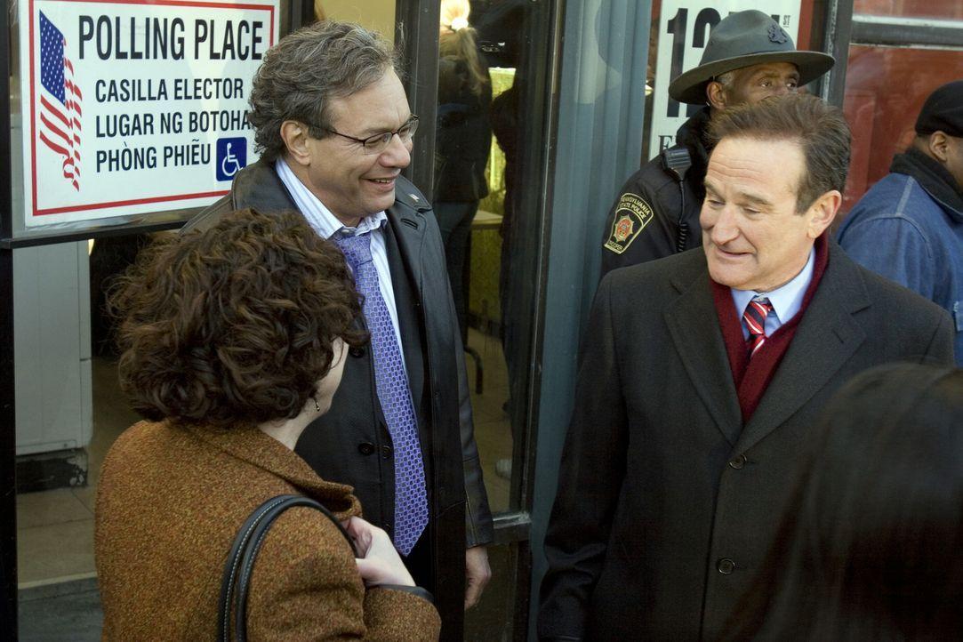 Tom Dobbs (Robin Williams, r.) wird geliebt, weil er die Dinge immer beim Namen nennt. Am Wahlkampf um den Einzug ins Weiße Haus beteiligt er sich e... - Bildquelle: Morgan Creek International