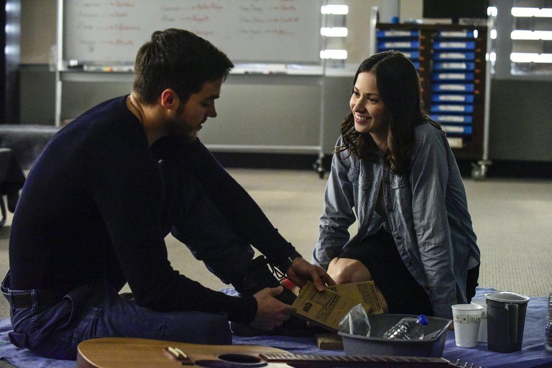 Captain Scott trifft eine unüberlegte Entscheidung, während Jake (Chris Wood, l.) und Katie (Kristen Gutoskie, r.) sich mit der aufkeimenden Wut der... - Bildquelle: Warner Brothers