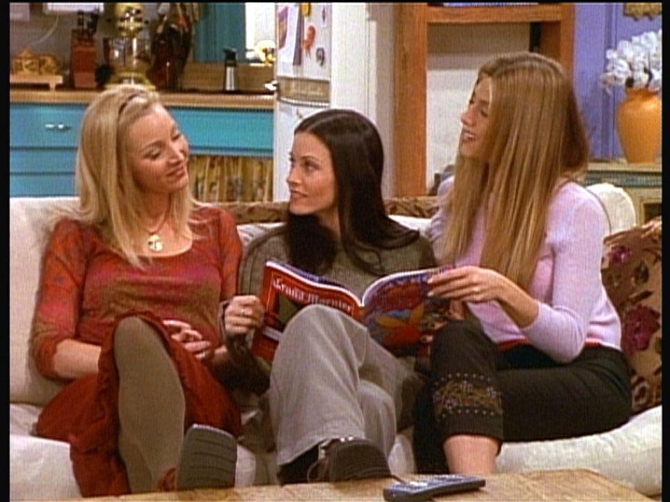 """Phoebe (Lisa Kudrow, l.), Monica (Courteney Cox, M.) und Rachel (Jennifer Aniston, r.) blättern gemeinsam im """"Playboy"""" und diskutieren aus, welche... - Bildquelle: TM+  2000 WARNER BROS."""