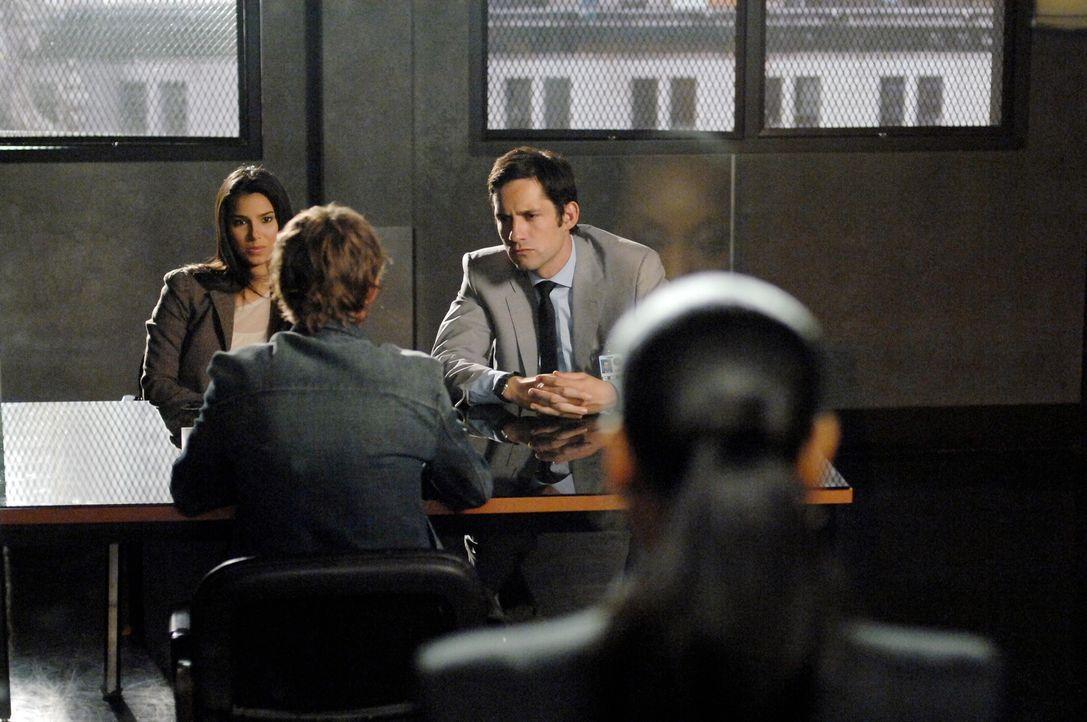 Elena (Roselyn Sanchez, l.) und Danny (Enrique Murciano, 2.v.r.) verhören einen Verdächtigen. Vivian (Marianne Jean-Baptiste, r.) verfolgt die Verne... - Bildquelle: Warner Bros. Entertainment Inc.