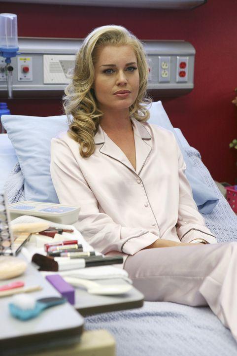 Nach ihrem schweren Unfall weiß Alexis (Rebecca Romijn) nicht mehr, dass sie sich einst einer Geschlechtsumwandlung unterzogen hat ... - Bildquelle: Buena Vista International Television