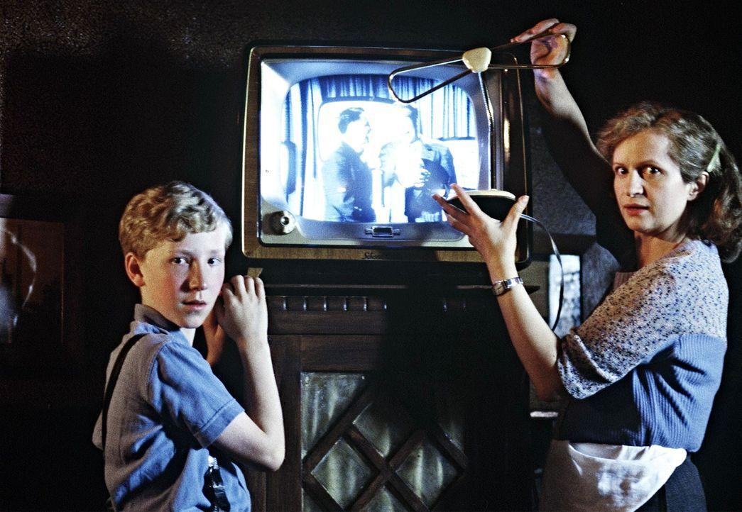 Während ihr Mann fort war, hielt Mutter Lubanski (Johanna Gastdorf, r.) sich und ihre Familie mit den Einkünften aus ihrer kleinen Gastwirtschaft... - Bildquelle: Senator Film