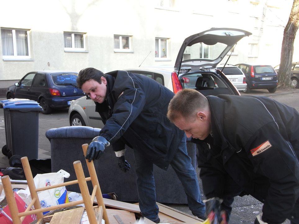 Die Kölner Mülldetektive Dieter (r.) und Ralf (l.) finden im wild abgeladenen Krempel die Adresse eines Kiosks. Der Besitzer weiß angeblich von nich... - Bildquelle: kabel eins