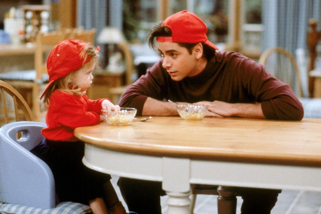 Jesse (John Stamos, r.) geht am Valentinstag auf sein erstes ernsthafte Date mit Rebecca. Kann die kleine Michelle (Mary-Kate/Ashley Olsen, l.) ihm... - Bildquelle: Warner Brothers Inc.