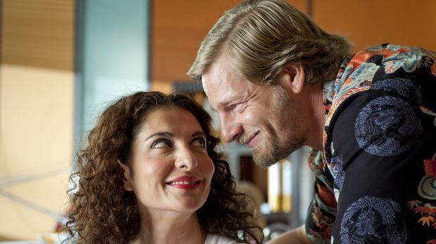 Als Mick (Henning Baum, r.) mit einer attraktiven Frau das Präsidium verlässt...
