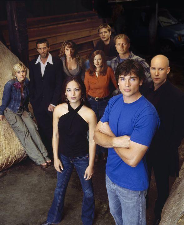 (4. Staffel) - Um sie dreht sich alles in Smallville: (vorne v.l.n.r.) Lana Lang (Kristin Kreuk), Clark Kent (Tom Welling), Lex Luthor (Michael Rose... - Bildquelle: Warner Bros.
