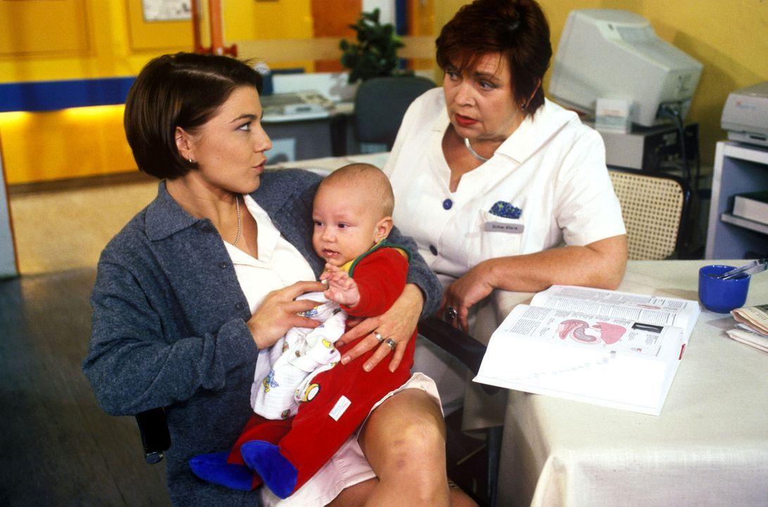 Als der Witwer Marius Kerner nach einem Unfall in die Klinik eingeliefert wird, kümmern sich Schwester Stephanie (Claudia Schmutzler, l.) und Schwe... - Bildquelle: Noreen Flynn Sat.1