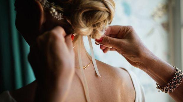 Schlicht und schön: Ein Haarband kann eine Braut wunderbar schmücken.