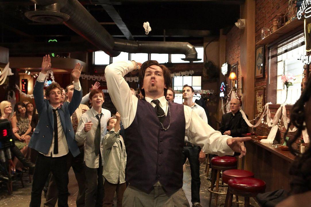 Obwohl Veronica und er die Hochzeit nur vortäuschen, lässt es sich Kevin (Steve Howey) mordsmäßig gut gehen ... - Bildquelle: 2010 Warner Brothers